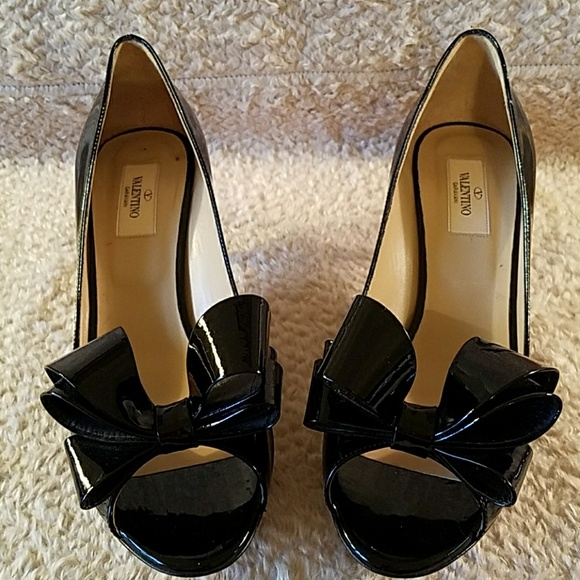 86cafbfb0841 VALENTINO BLACK PATENT LEATHER PEEP TOE PUMPS. M 5aad392b00450f12acc24289